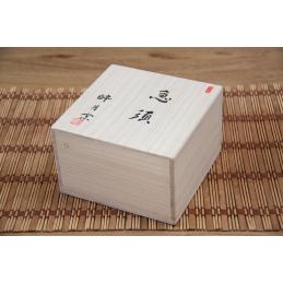 Dřevěná krabice na Kjusu