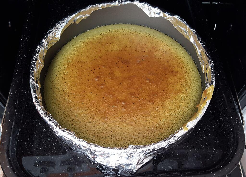 Těsto vylité do formy, která je obalená alobalem a umístěná v plechu s vařící vodou.